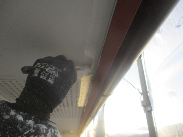 軒天の刷毛塗装中です