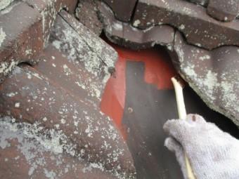 屋根の谷樋さび止め刷毛塗装中です