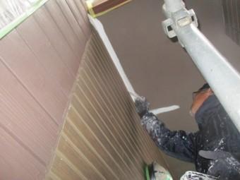 玄関軒天の刷毛塗装中です