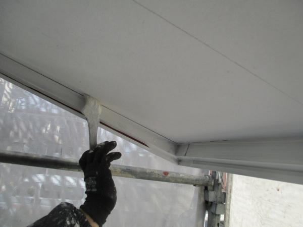 増築部の軒天刷毛塗装中です