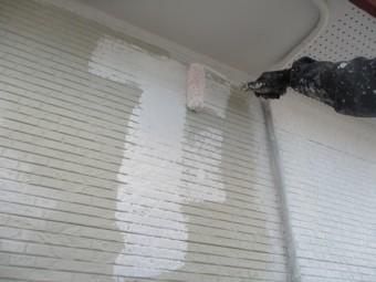 外壁の下塗りローラー塗装中です