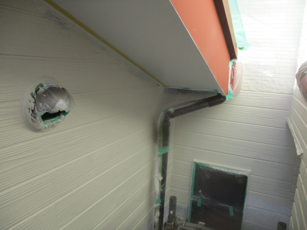 増築部の中塗りローラー塗装が終了しました