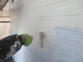 増築部の中塗りローラー塗装中です