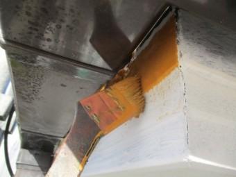 破風板と鼻隠しの中塗り刷毛塗装中です