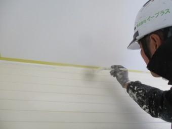 軒天と外壁取り合い中塗り刷毛塗装中です