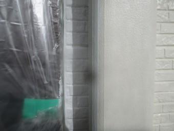 ローラーが入らない外壁とサッシの隙間です