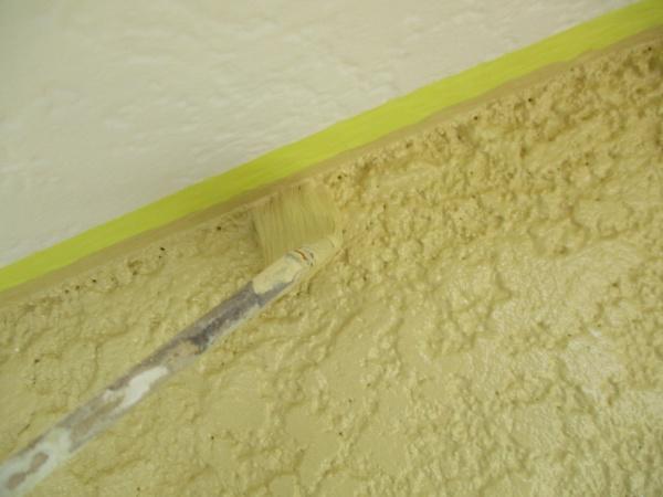 2階の外壁の中塗り刷毛塗装中です