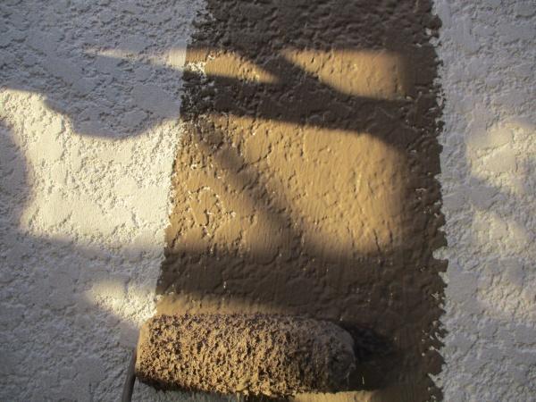 1階外壁の中塗りローラー塗装中です