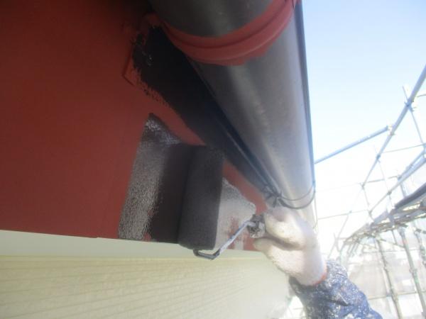 破風板金の中塗りローラー塗装中です