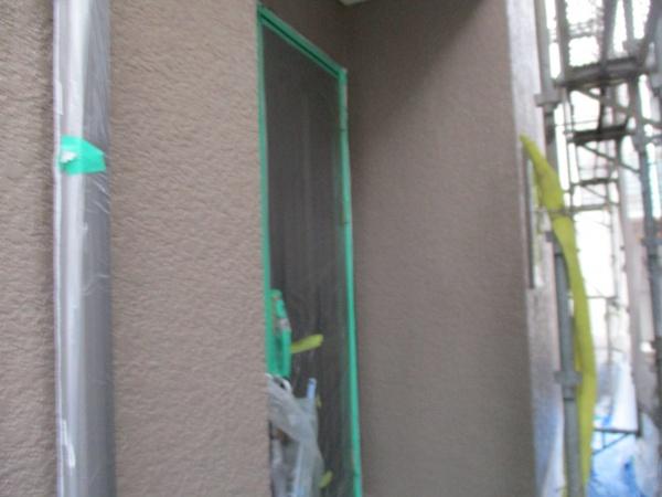 玄関周りの外壁中塗りが終了しました