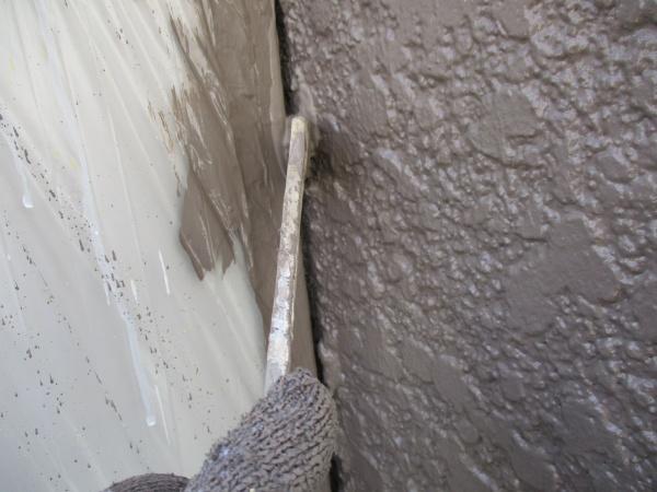 2階外壁の刷毛塗装中です