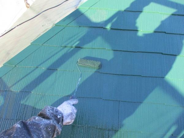 コロニアル屋根のローラー上塗り塗装中です