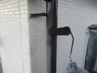 縦樋の中塗りローラー塗装中です