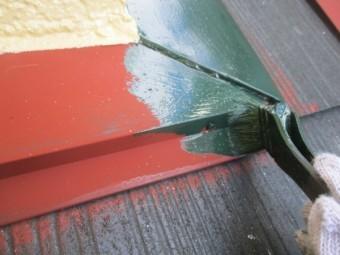 下屋根の中塗り塗装中です