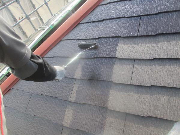 大屋根の中塗りローラー塗装中です