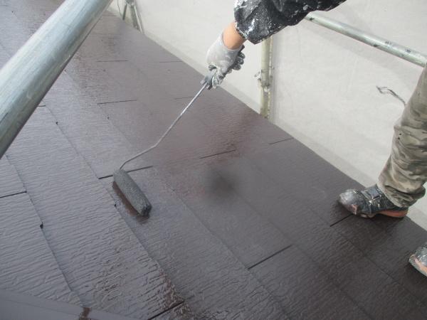 コロニアル屋根上塗りローラー塗装中です