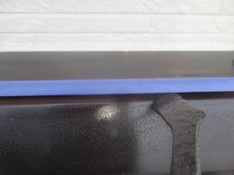 シャッターボックスの上塗り刷毛塗装中です