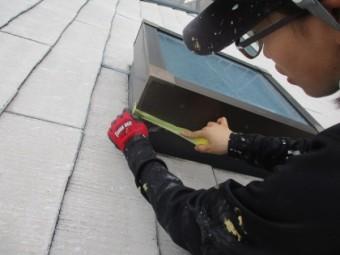 天窓の塗装用養生中です