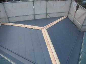 玄関屋根部分のルーフ取り付けが終了しました