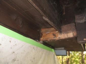 窓枠下の補修前の状態です