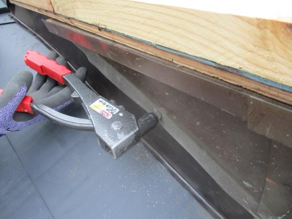破風板板金と加工した板金をリベットで固定しました