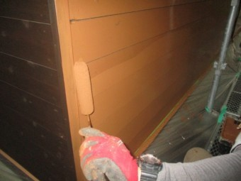 外壁のローラー上塗り塗装中です