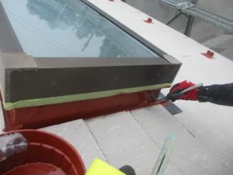 天窓の板金部分の錆止め塗装中です