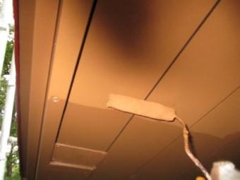 軒天の上塗りローラー塗装中です