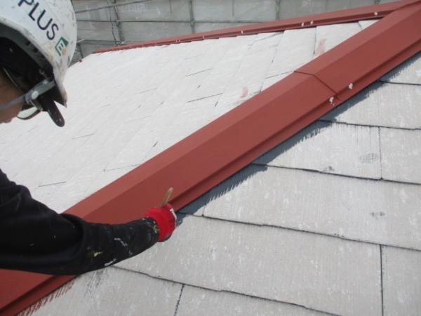 スレート屋根の下塗り刷毛塗装中です
