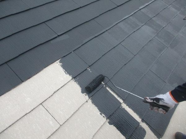 スレート屋根の下塗りローラー塗装中です