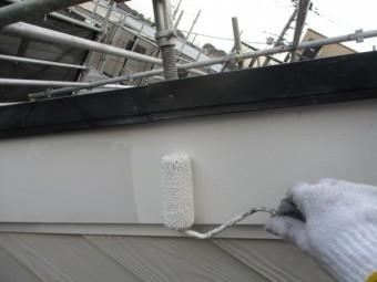 破風板のさび止めローラー塗装中です