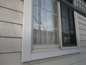 窓の化粧枠のさび止めを塗装しました