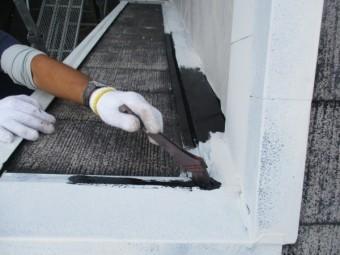 屋根板金の中塗り刷毛塗装中です