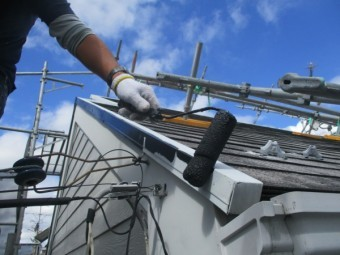 屋根板金の中塗りローラー塗装中です
