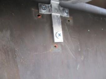 既存の軒樋金具の固定釘跡です