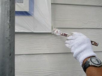 窓の化粧枠周りの刷毛塗装中です