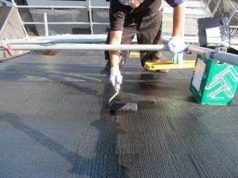 屋根上塗りローラー塗装中です