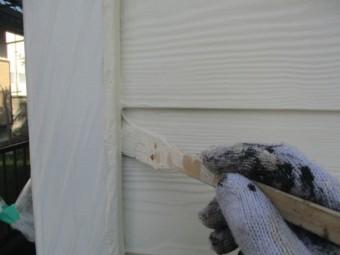 外壁の上塗り刷毛塗装中です