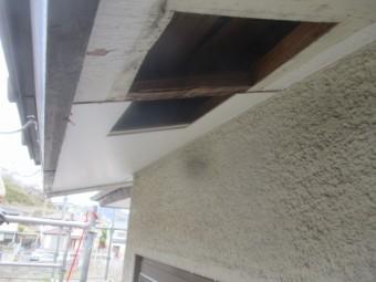 軒天材の排気口を加工して取り付けました