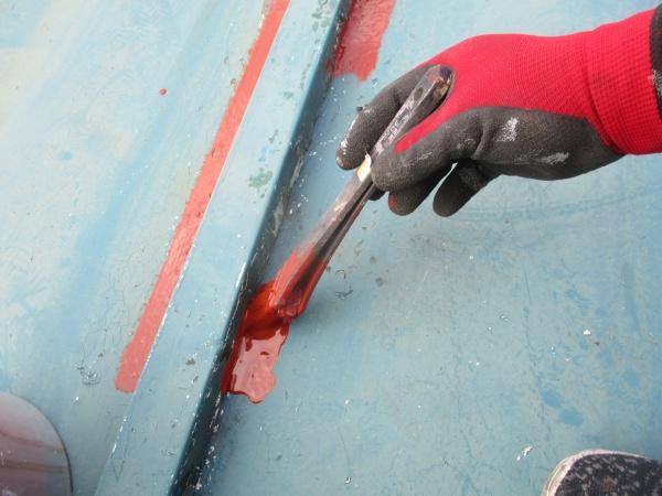 瓦棒のさび止め刷毛塗装中です