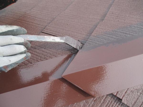 下り棟板金の上塗り刷毛塗装中です