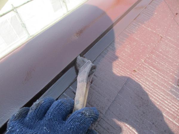棟板金の上塗り刷毛塗装中です