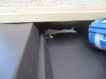 外壁側の水上面戸をシーリングしました