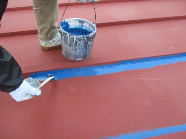 瓦棒の立ち上がりを刷毛塗装中です