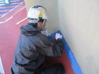 外壁との取り合いを刷毛塗装中です