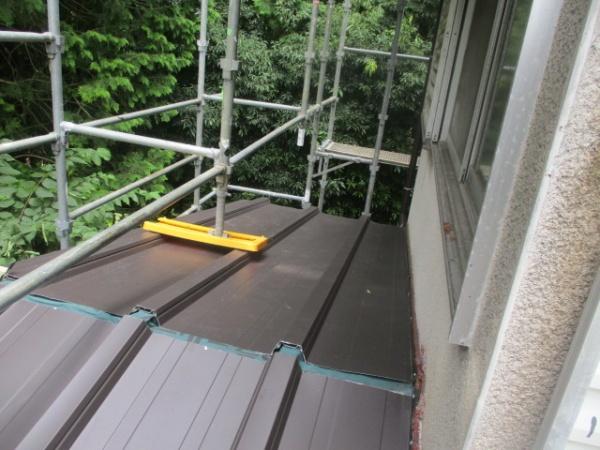 下屋根西面が葺き終わりました