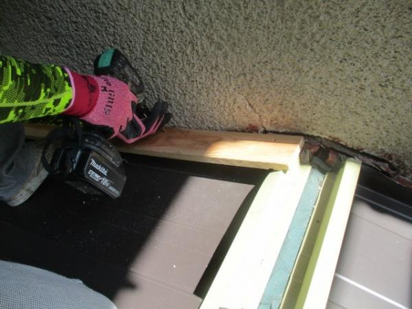 壁水切りの下地取り付け中です