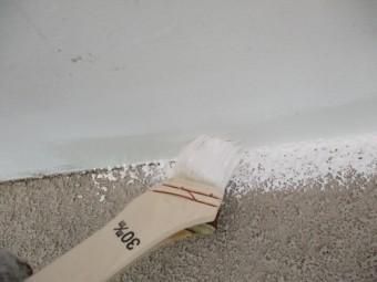 軒天と外壁の取り合いを刷毛塗装中です
