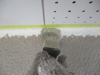 軒天見切りの刷毛塗装中です