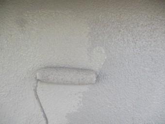 上塗りのローラー塗装中です